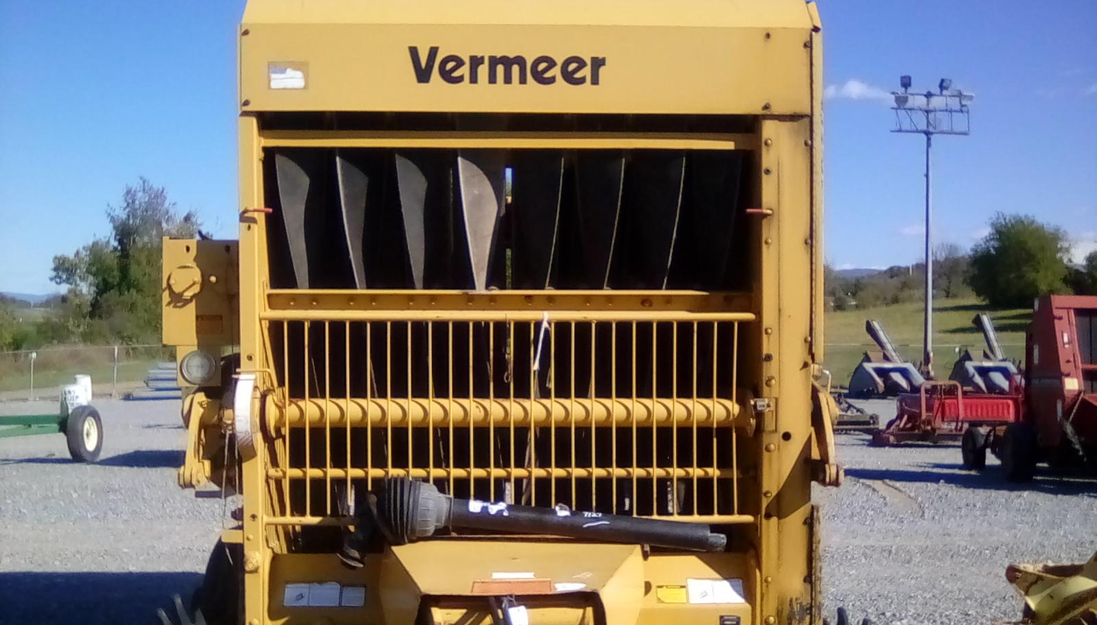 VERMEER 605 SUPER J ROUND BALER Image